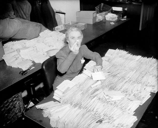 Секретарката на Рузвелт, брояща даренията