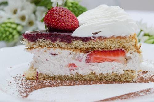 Торта Маскарпоне с ягоди и бадеми