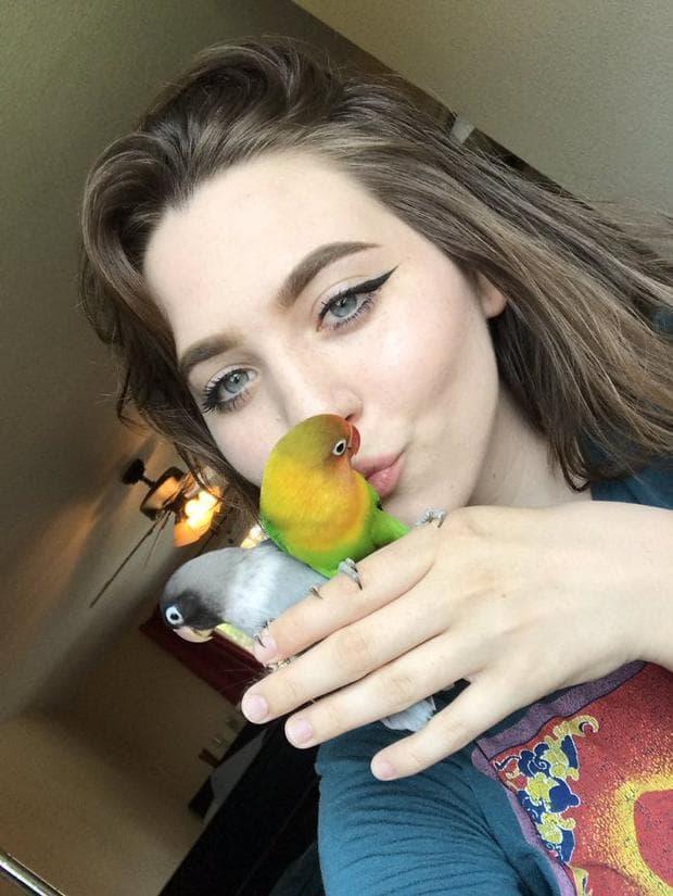 Маура с двата влюбени папагала