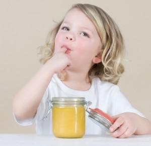 момиченце яде мед