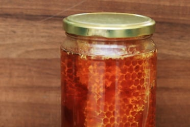 мед в буркан с пита