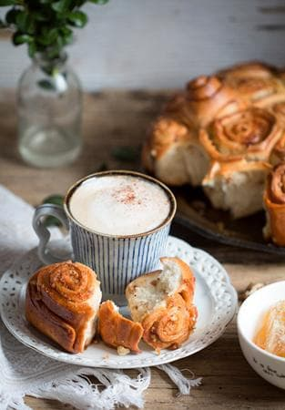 медена питка с карамелизирани орехи и бисквитки