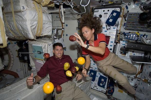 Астронавти се забавляват в космоса
