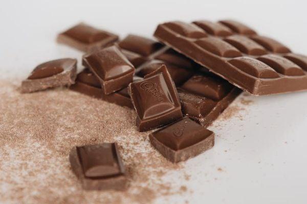 Млечният шоколад е висококалоричен и прекомерната му консумация може да доведе до излишни килограми.