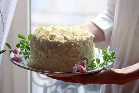 торта с млечен крем, малини и бял шоколад