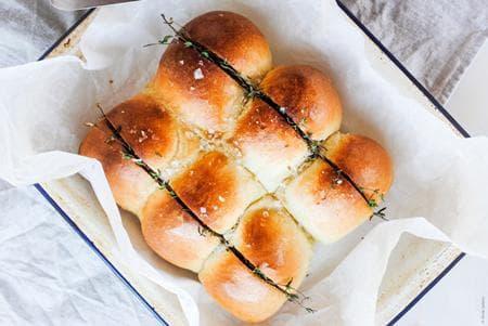 млечни чеснови хлебчета