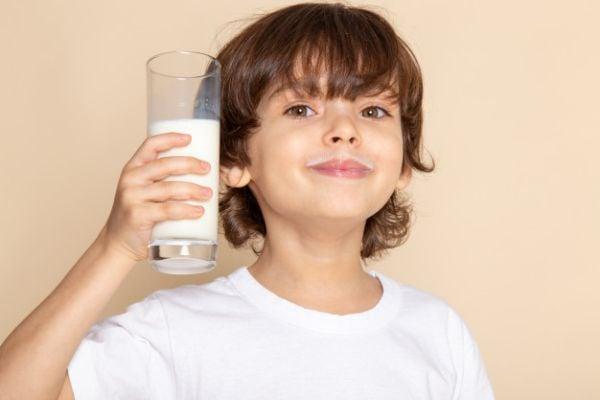 Прясното мляко е полезно за зъбите, костите и растежа на децата.