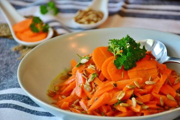 морковена салата, овкусена с мазнина