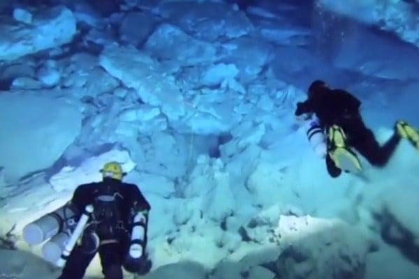Морски археолози откриха амфори в подводна пещера
