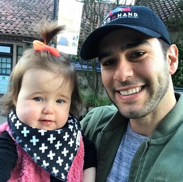 Адам Браун с момиченце