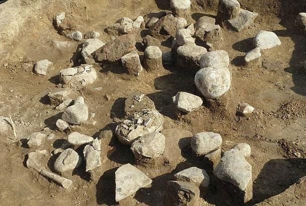 Ямата с камъни и детски черепи