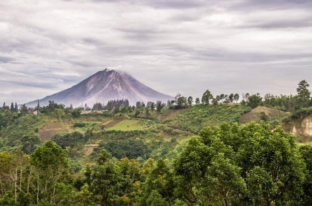 Вулканът Синабунг, Индонезия