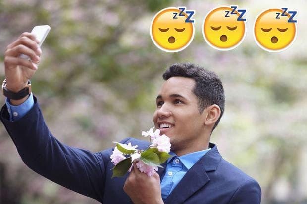 мъж с цвете