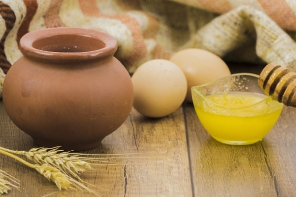 Направете компрес от жълтък, масло, мед и брашно, за да премахнете отока и синините.