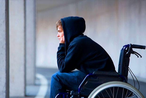 Момче в инвалидна количка