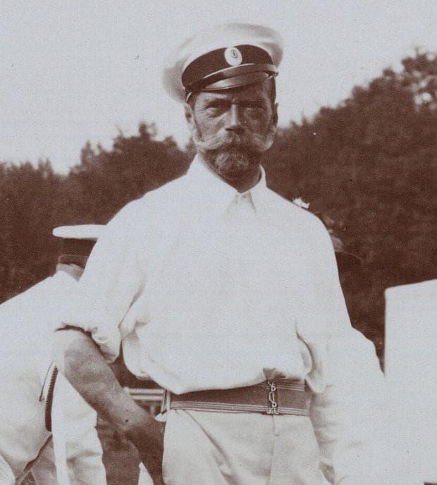 Цар Николай II, показващ татуираната си предмишница