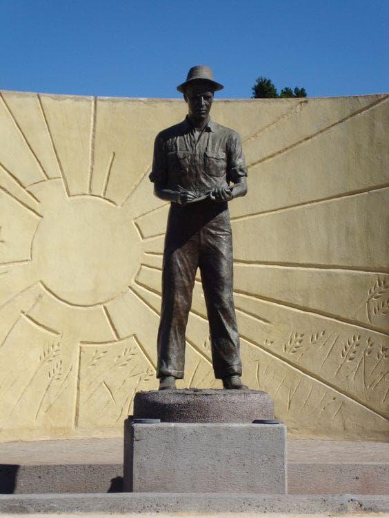 Паметник на Норман Борлауг в Мексико
