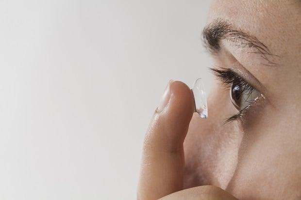 Носене на контактни лещи