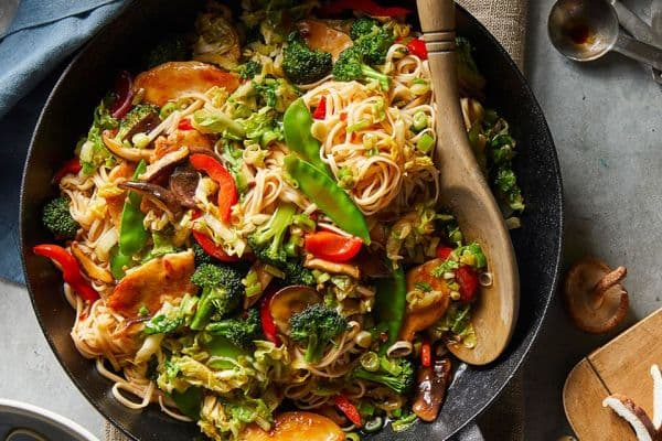нудълс с пилешко, гъби и зеленчуци