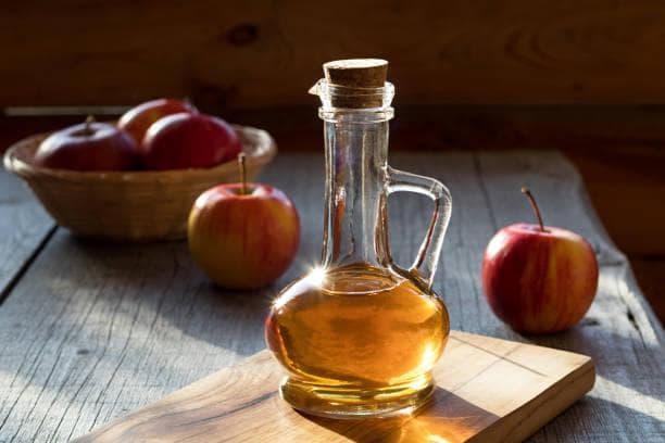 червени ябълки и оцет в шише