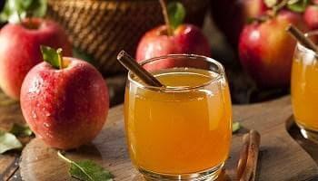 Ябълки, чаша с ябълков оцет и пръчка канела
