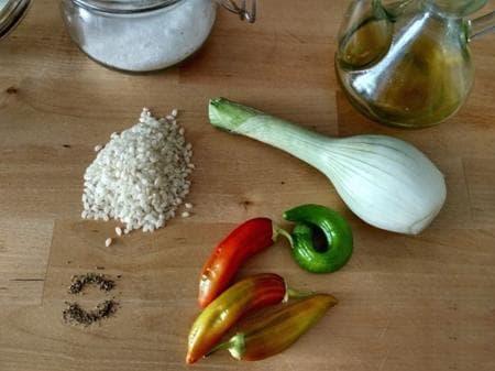 ориз с чушки, чесън и лук