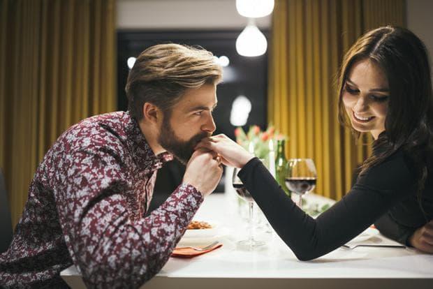 мъж и жена флиртуват