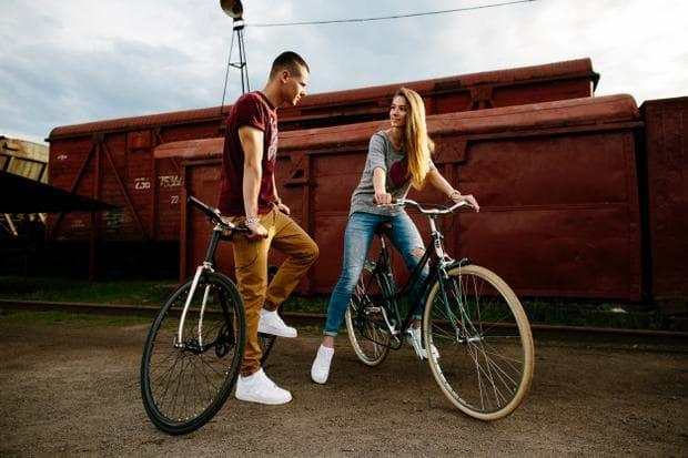 мъж и жена на велосипед