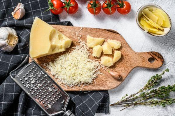 Пармезанът може да се сервира като трапезно или десертно сирене.