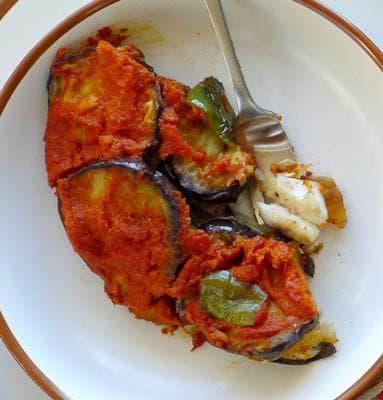 бяла риба със доматен сос и патладжани