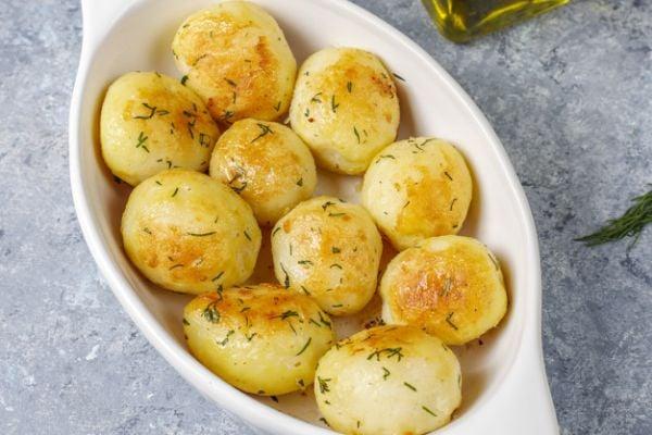 Печени картофи с чесново масло и розмарин.
