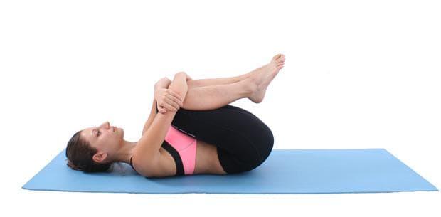 Стречинг за кръста с изтегляне на колене към гърдите