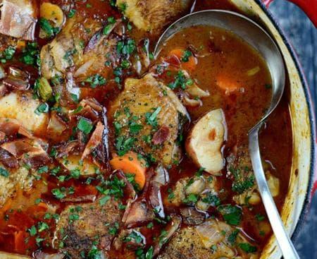пилешка яхния с картофи, вино и чесън