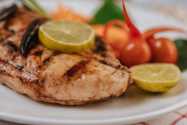 Пилешки гърди на фурна с чери домати и горчица.