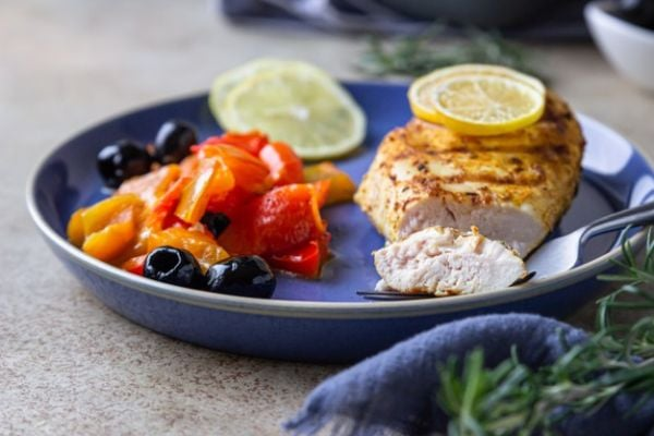 Пилешки гърди с домати, чесън и маслини на фурна.