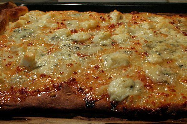 Пица Бианка с круши и четири сирена
