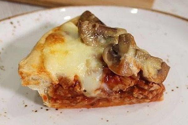 Пица с кайма, гъби и моцарела