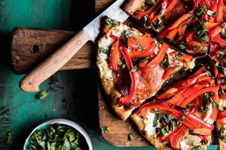 пица с чушки, маслини и крема сирене