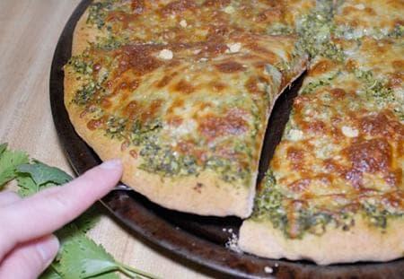 пица с песто от кориандър и кашкавал
