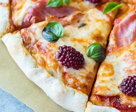 пица с прошуто и къпини