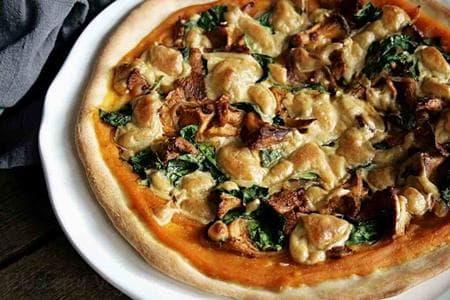 пица с тиквен сос, спанак, гъби и кашу