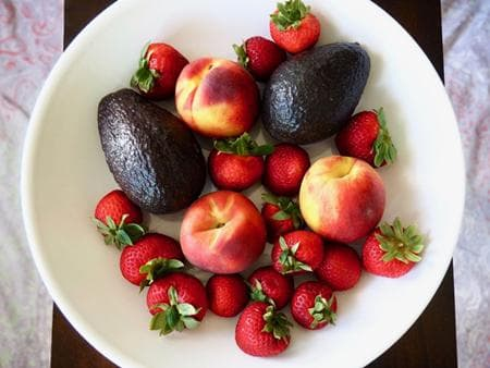 салата с плодове и авокадо