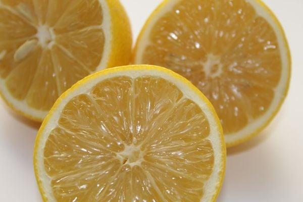 Почистване на котлен камък с лимон.