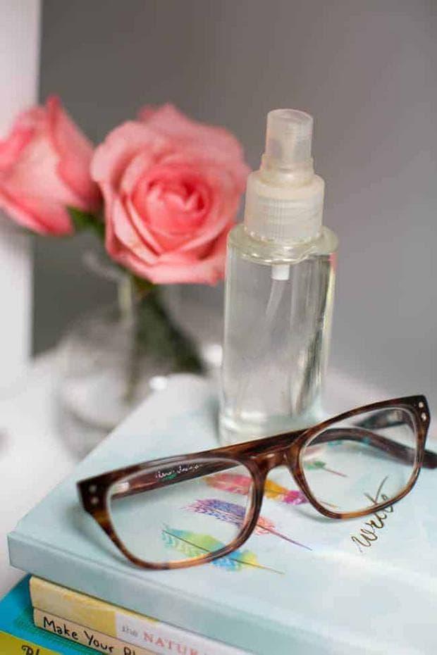 Почистване на очила с изопропилов спирт