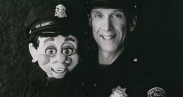 Полицай и вентрилоквисткият му манекен