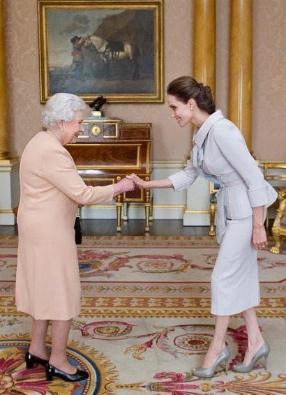 Кралица Елизабет Втора и Анджелина Джоли
