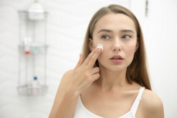 Как да приложите маслата върху кожата си, за да премнете бръчките тип пачи крак.