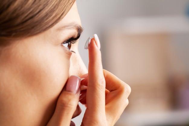 Приложение на капки за очи при наличие на контактни лещи