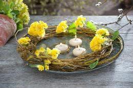 декорация с жълта иглика