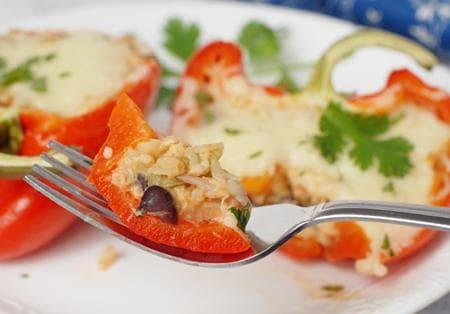 пълнени чушки с хумус и зеленчуци